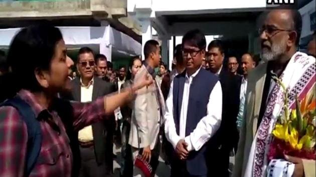 The video shows a passenger, who had to attend a funeral in Patna, complaining to Alphons about the flight being delayed due to VIP movement.(Video screengrab)