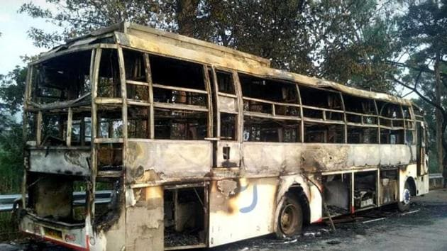 The Goa-Mumbai bus caught fire at Longegaon, Gaganbavda in Kolhapur district around 4.30 am.(HT Photo)
