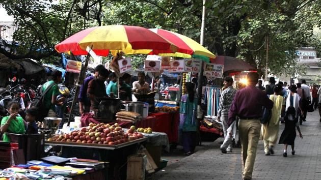 According to a BMC survey, there are around 1 lakh hawkers in Mumbai.(Hindustan Times)