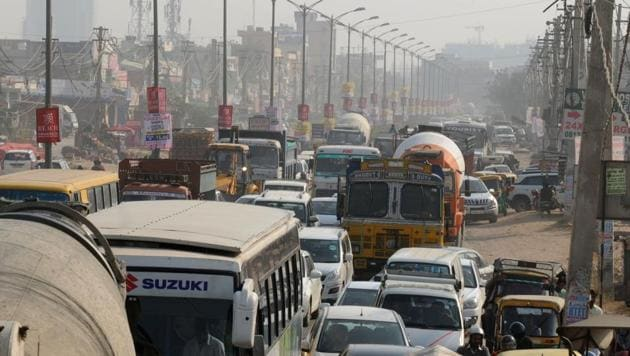During peak hours, congestion at Vatika Chowk can cost motorists over an hour trying to cross the 1.5km stretch on Sohna Road.(Parveen Kumar/HT photo)
