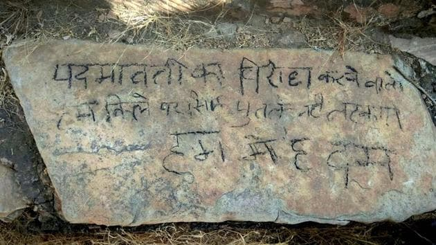 """A message engraved on a rock saying: """"Padmavati ka virodh karne walo, hum kile par sirf putle nahi latkate...Hum mein hai dum (Padmavati protesters should know we don't only hang effigies...we are strong),"""" near the Nahargarh Fort, where a body of a man was found hanging on Friday.(PTI)"""