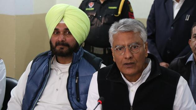 Punjab local bodies minister Navjot Singh Sidhu (left), and state Congress chief Sunil Jakhar during a press conference on Monday.(HT Photo)