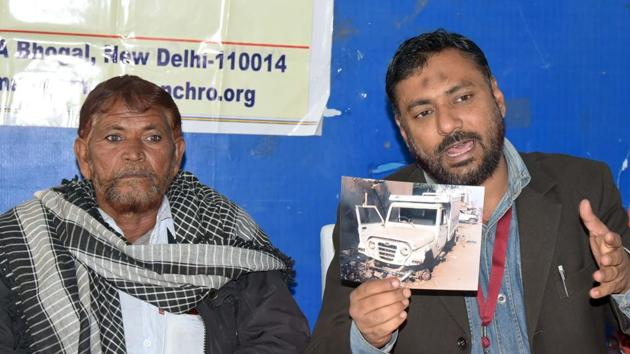 Ilyas Khan (left), uncle of Umar Mohammed, and Ansar Indori, member of the National Confederation of Human Rights Organisations, at a press conference in Jaipur on Monday.(Prabhakar Sharma/HT Photo)