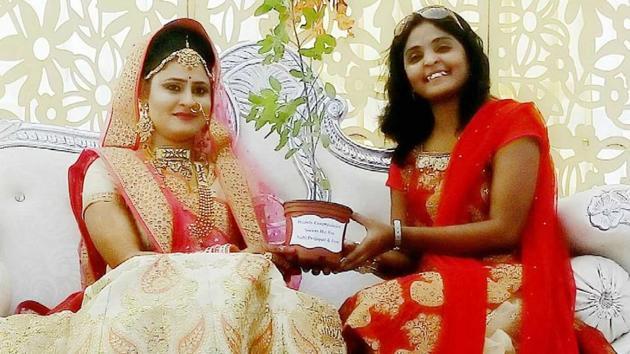 Nidhi Prajapati gifts a Tulsi plant to a bride in Kota.(AH Zaidi/HT Photo)