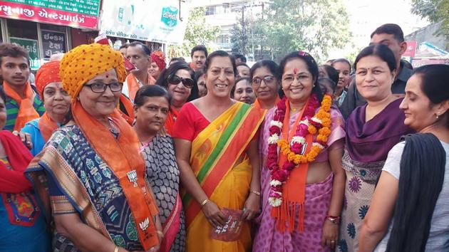 Gujarat chief minister's wife Anjali Rupani (in pink) carries out canvassing in BJP leader's Rajkot West constituency.(HT Photo)