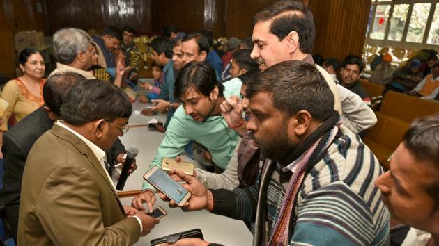 People at the draw of DDA housing scheme at Vikas Sadan in New Delhi on Thursday.(Sushil Kumar/HT PHOTO)