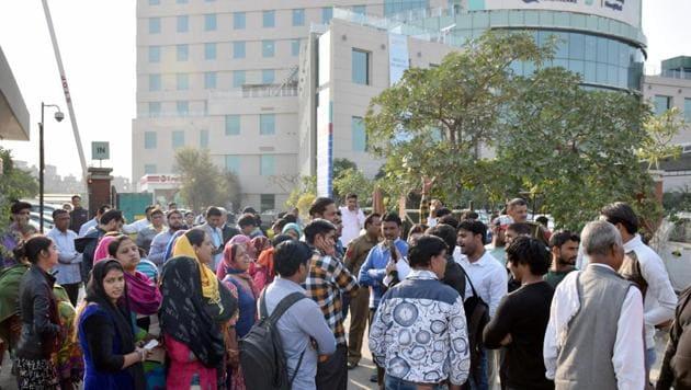 People protest outside Max Hospital, Shalimar Bagh, New Delhi.(HT Photo)