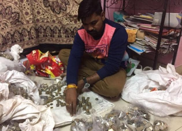 Small traders, retailers and vendors throughout Uttar Pradesh are helplessly watching their stock of coins swelling as banks – both public and private – are turning them away.(HT Photo)