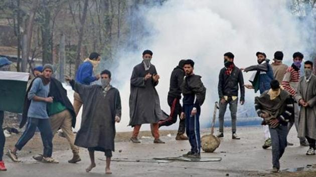 A group of youth pelting stones on security forces in Chadoora area of Kashmir's Budgam district.(PTI File Photo)