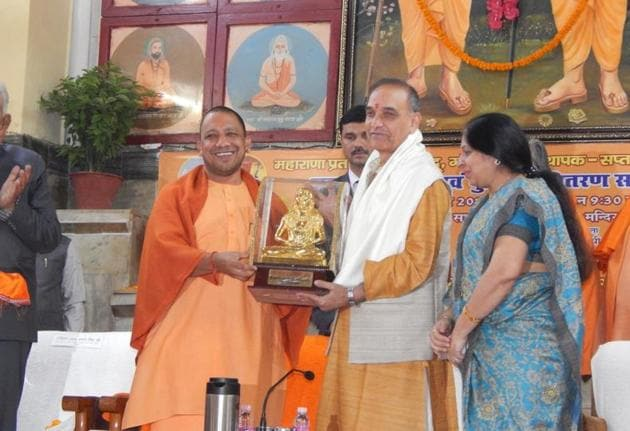Chief minister Yogi Adityanath presenting a memento to union minister of state for human resource development Satyapal Singh at the conclusion of the foundation day ceremony of Maharana Pratap Shiksha Parishad at Gorakhnath temple in Gorakhpur.(HT Photo)