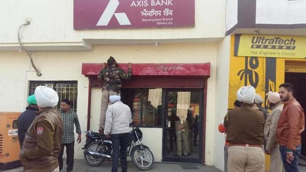 The miscreants pointed guns at the bank staff and asked cashier Harpreet Kaur to give them all the cash available in thebank.(HT Photo)