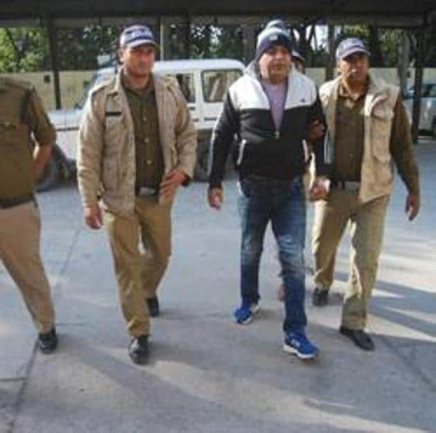 NH 74 scam key accused DP Singh brought to Rudrapur for interrogation by the Special Investigation Team. Former Uttarakhand Congress chief Kishore Upadhyay was questioned regarding a bank account opened before last year's assembly polls.(HT File Photo)