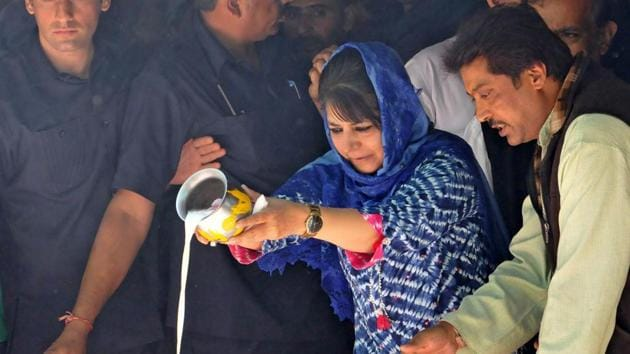 Jammu and Kashmir chief minister Mehbooba Mufti pours milk into a sacred pond during the annual Hindu festival at the Kheer Bhawani Temple at Tullamulla Ganderbal, some 28 Km northeast of Srinagar, in June 2017.(Waseem Andrabi/HT Photo)