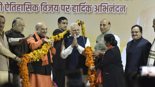 BJP president Amit Shah and other leaders and ministers felicitate Prime Minister Narendra Modi after the party won the Gujarat and Himachal Pradesh assembly elections, at the BJP headqurters in New Delhi on Monday.(Sonu Mehta/HT Photo)