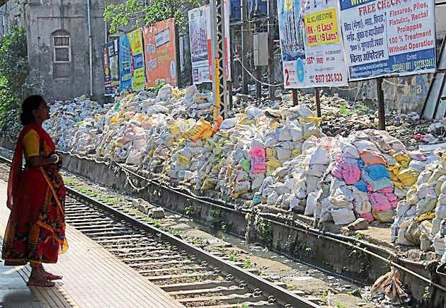 Garbage collected by the CR kept at Masjid station on Wednesday.(Bhushyan Koyande/HT)