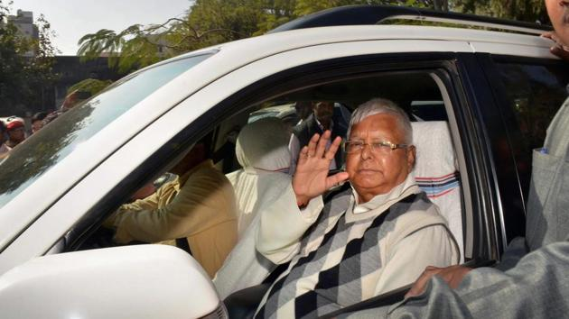 RJD supremo Lalu Prasad Yadav arrives at a special CBI court in Ranchi on Saturday for a hearing in the fodder scam case.(PTI Photo)