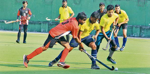 Railway Police (yellow) in action against the Osmanabad team on Tuesday at the Major Dhyan Chand stadium in Nehrunagar, Pimpri.(HT PHOTO)
