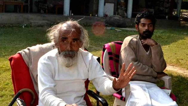 Matri Sadan founder Swami Shivanand Saraswati (left) is into his second week of sit-in fast demanding ban on quarrying on the Ganga riverbed.(HT File Photo)
