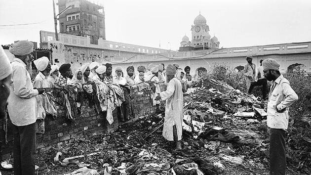 Devotees look at the damage inflicted on the Golden Temple in Amritsar after the Operation Bluestar in 1984.(HT File)