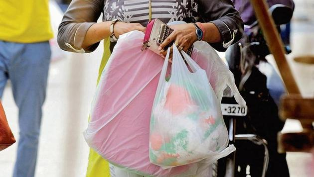 The state had announced a ban on plastic bags after it realised that the 2006 ban on plastic carry bags of up to 50 microns was not helping unclog the drains.(HT File Photo)