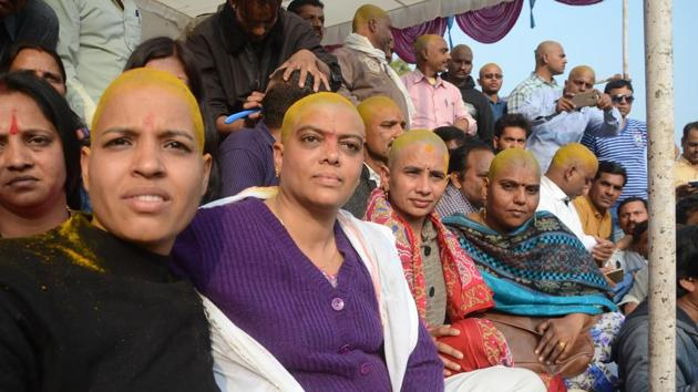 Contractual teachers of Madhya Pradesh government primary schools with their heads tonsured during a protest to demand their absorption in the education department's payrolls.(HT PHOTO)