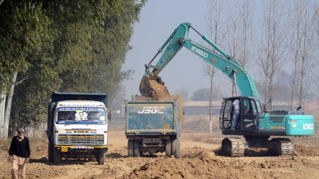 While the 80.8-km stretch Phagwara-Rupnagar is being widened by the National Highways Authority of India (NHAI), the 39.4-km Jalandhar-Hoshiarpur project is with the public works department(Pardeep Pandit/HT)