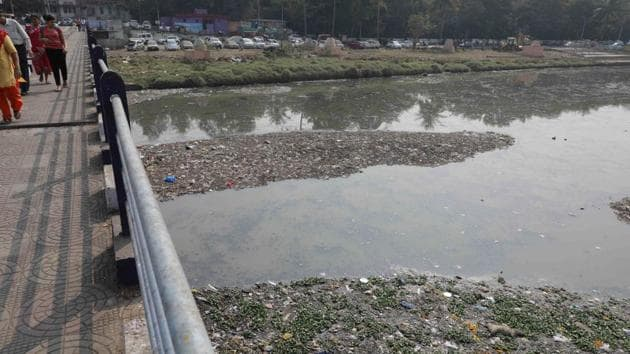 Data released by Pune Municipal Corporation (PMC) environment department has recorded a consistent rise in levels of chemical oxygen demand (COD), biochemical oxygen demand (BOD) and dissolved oxygen (DO) of Mutha river since 2012.(Rahul Raut/HT PHOTO)