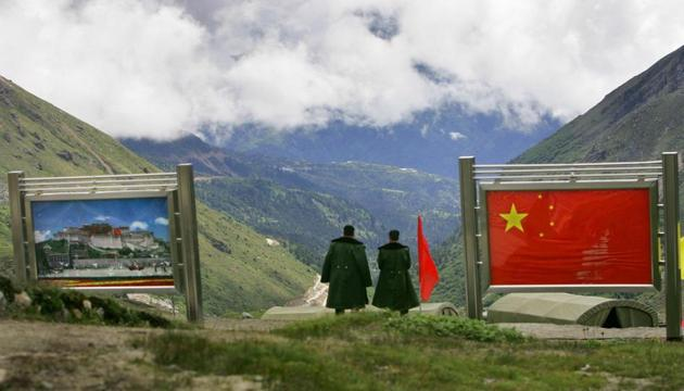 File photo of Chinese army officers on the Chinese side of the international border at Nathula Pass, in northeastern state of Sikkim.(AP)