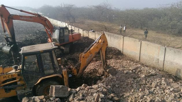 As per the MCG record, every day, more than 1,000 tonnes of waste from Gurgaon and Faridabad are dumped at the defunct Bandhwari waste treatment plant.(HT PHOTO)