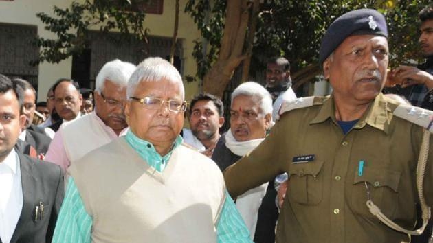RJD president Lalu Prasad arrives at a CBI court in Ranchi in connection with a fodder scam case.(Diwakar Prasad/ HT photo)