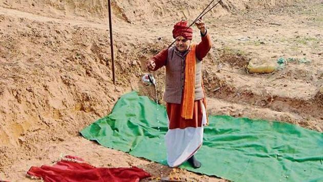 Acharya Vijay Gopal offers prayers under a tent put up in Mughalwali village.(Ravi Kumar/HT Photo)