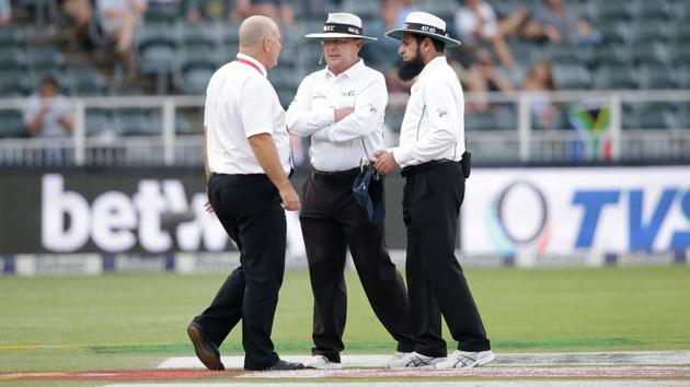 Umpires Ian Gould (C), Aleem Dar (R) and referee Andy Pycroft had a lengthy discussion on continuing the 3rd Test between India and South Africa.(AFP)