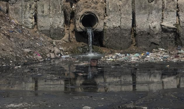 he MPCB has identified 70 drains that discharge untreated sewage into the 17.8-km-long river(HT Photo)