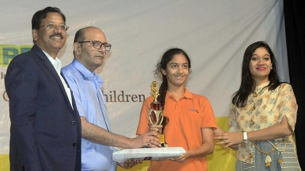Thirteen-year old innovator, Lalitha Pingali (second from right) receiving the Young Innovator's Award for her innovation,'StinkMap'.(Ravindra Joshi/HT PHOTO)