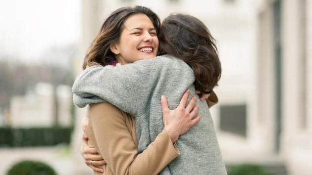 Left-sided hugs were linked to intense occasions after researchers observed more than 2500 hugs.(Shutterstock)