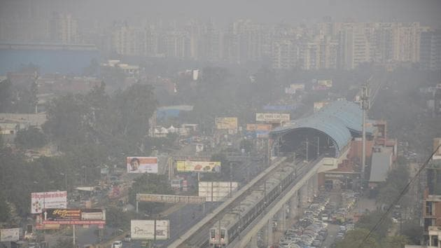 File photo of smog in Ghaziabad which is the seventh most polluted city in India.(HT PHOTO)