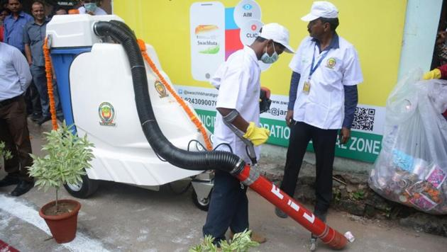 Delhi L-G Anil Baijal had asked all three municipal commissioners to procure requisite mechanical sweepers, litter pickers, water sprinklers within a stipulated time.(HT FILE)
