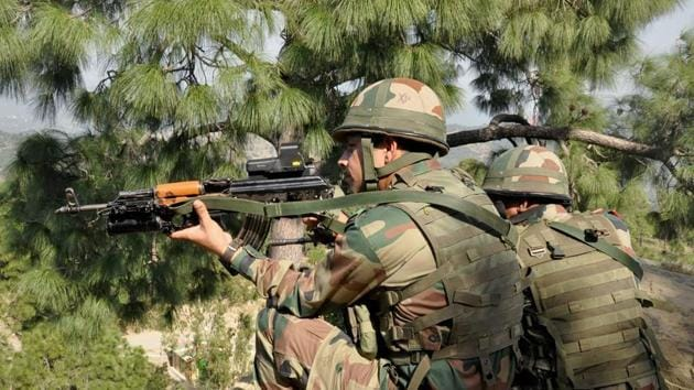 Indian Army soldiers take positions near the Line of Control in Nowshera sector of Rajouri near Jammu.(PTI File Photo)