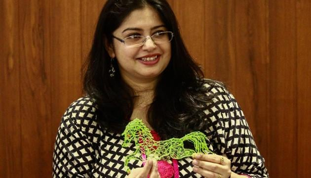 A participant showcases what she made using a 3D doodler pen at a workshop at Kala Ghoda on Monday.(Supreet Sapkal/HT)