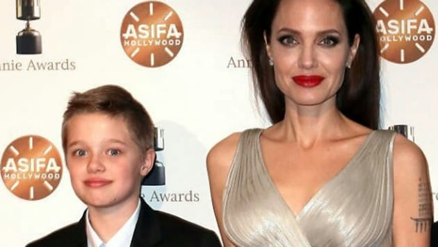 Shiloh (L) with mom Angelina Jolie at the 2018 Annie Awards.