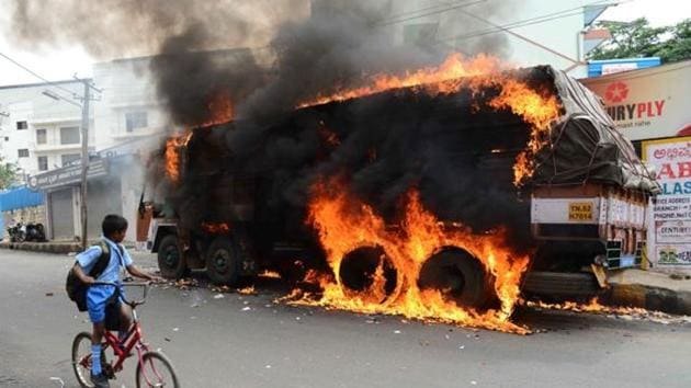 Kannada activists burnt a truck with a Tamil Nadu number plate during their protests against the Supreme Court's verdict on Cauvery river water, 2017(HT)