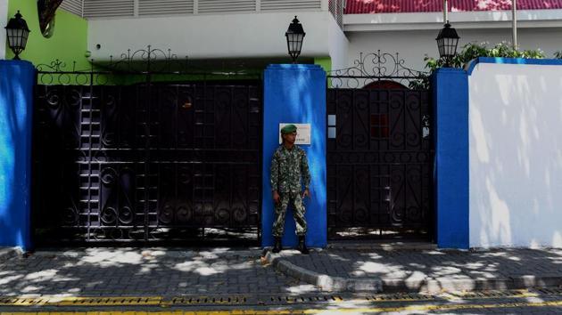 A Maldives soldier stands guard outside the president's residence in Male on February 8, 2018. The international community has censured President Abdulla Yameen for imposing emergency and allowing the military to detain suspects for long periods without charge.(AFP)