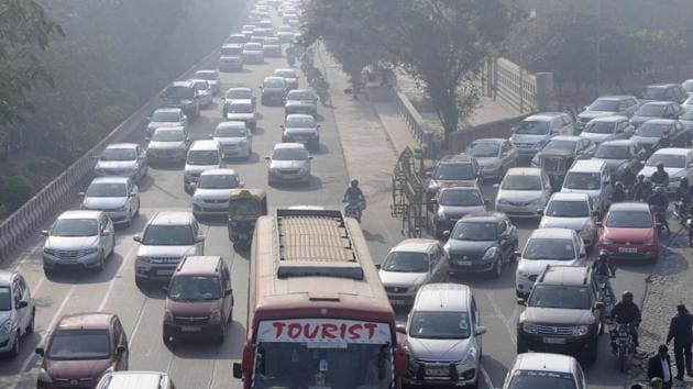 Congestion has become a regular affair on the Delhi-Noida Link Road in Noida.(Sunil Ghosh/HT Photo)