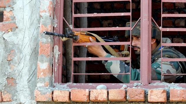 An army soldier takes position at a site of a gunbattle in Sunjuwan, Jammu.(Nitin Kanotra/HT Photo)