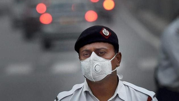 A traffic policeman wears a face mask to protect himself from air pollution, in New Delhi.(PTI File Photo)