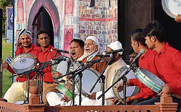 A Chaar Bait performance by Bazm-e- Ehsaan from Bachhraun, UP, during the Urdu Heritage festival — Jashn e- Virasat-e-Urdu — organised by Department of Art Culture and Languages, Delhi government in Central Park, Connaught Place.(Sonu Mehta/HT Photo)