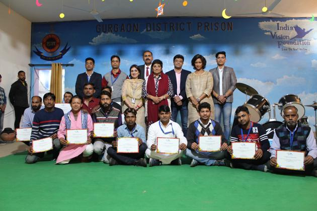 The selected inmates pose with former Delhi top cop Kiran Bedi and superintendent of Bhondsi jail Jai Krishan Chillar.(HT PHOTO)