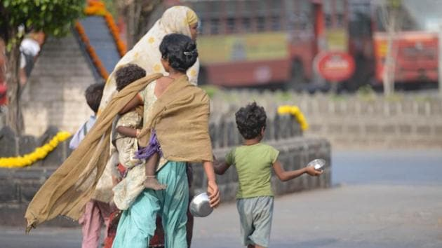 A family begging on the road in Mumbai.(Bachchan Kumar/HT File Photo)