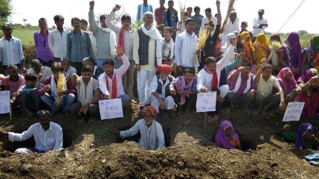 Villagers of Bichdi village in Bundi organise Zameen Satyagraha over demand for canal water.(AH Zaidi/HT Photo)