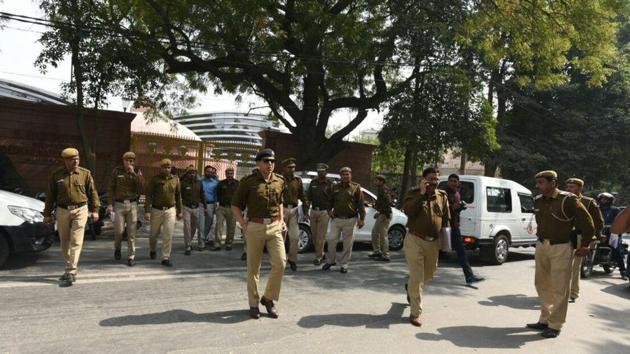A Delhi police team at Delhi chief minister Arvind Kejriwal's residence on Friday.(Sonu Mehta / HT Photo)